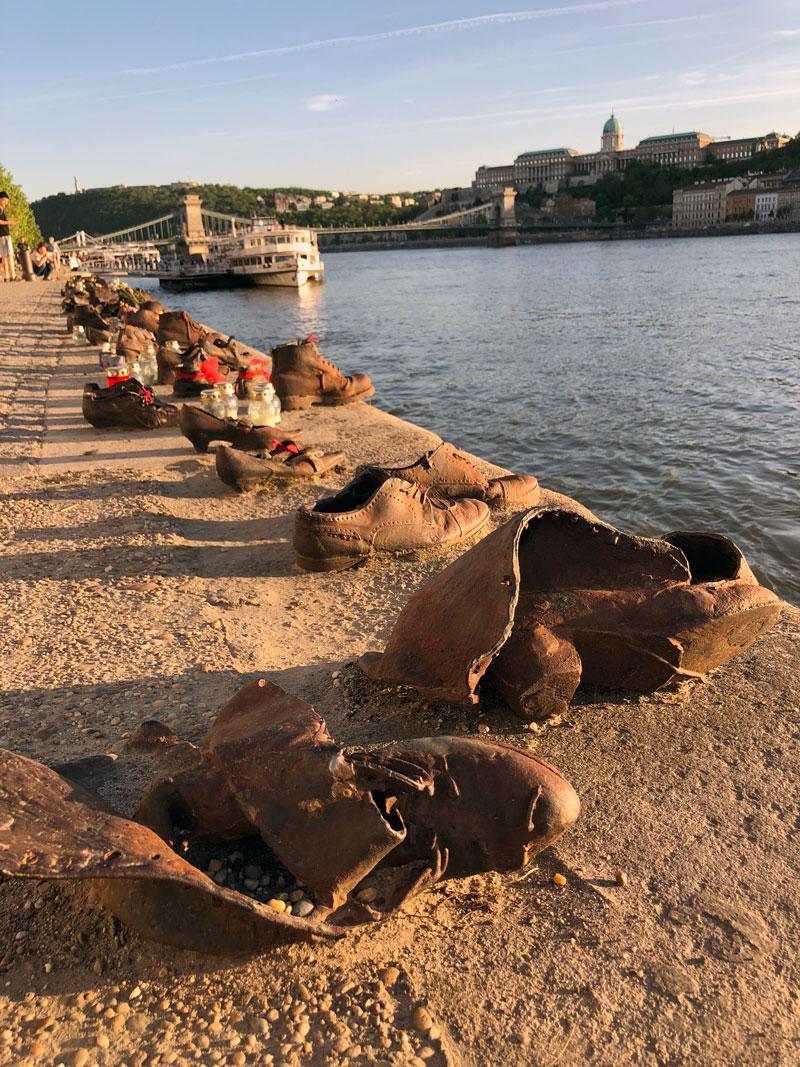 Schoenen op de Donau kade Boedapest