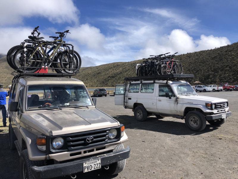 Jeeps met mountainbikes bij de Cotopaxi vulkaan in Ecuador.