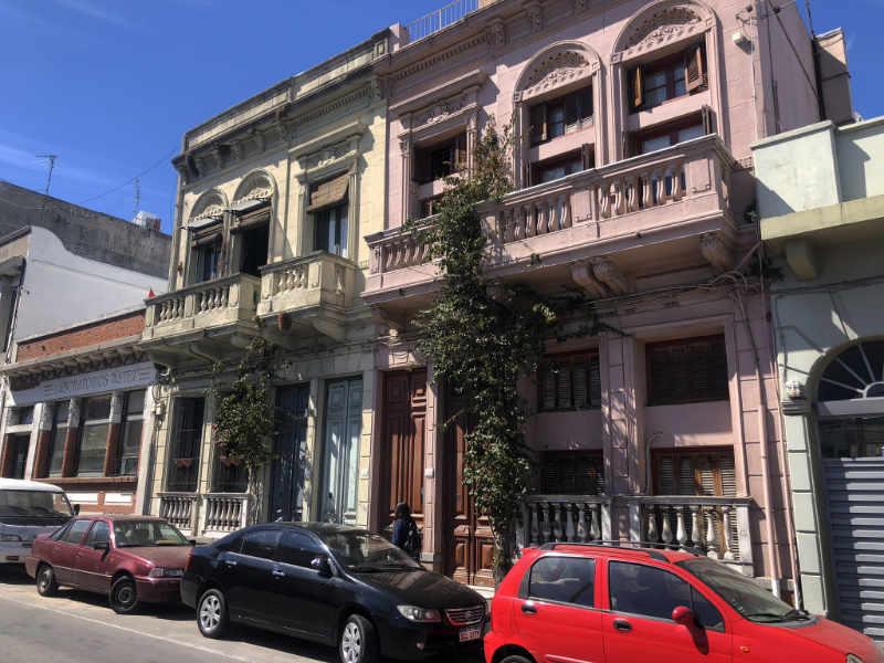 Kleurrijke gebouwen in Montevideo, Uruguay.